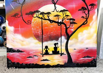 Insieme al mondo- Sorella maggiore con sorella minore su altalena che guardano il lago e pianeta, con albero a forma di cuore- Wolf Art