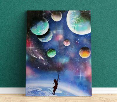 Fuga per un sogno infinito- Bambina che vola con i pianeti in universo- Wolf Art- Parete verde