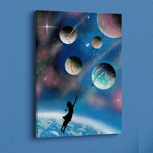 Fuga per un sogno infinito- Bambina trascinata da pianeti nell'universo, palloncini Wolf Art-parete azzurra