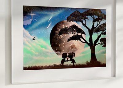 Bambocci Dolci- Coppia di bambini che si scambia un bacio davanti alla Luna, pianeti, albero- Wolf Art