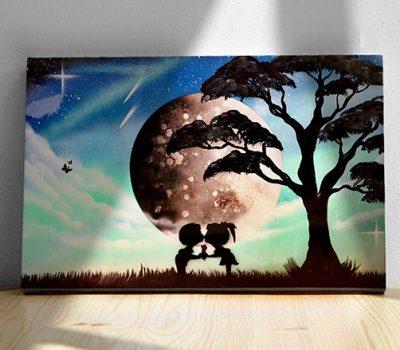 Bambocci Dolci- Bambini che si scambiano un bacino davanti la luna, pianeta, albero, sera- Wolf Art