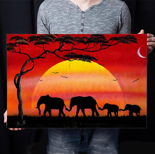 Famiglia di elefanti- Famiglia di elefanti che si tengono per la coda e proboscide passeggiando nel tramonto. Wolf Art