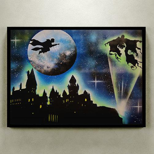 Harry Potter- Immagine notturna del maghetto che vola sulla scopa con sfondo del castello- Wolf Art