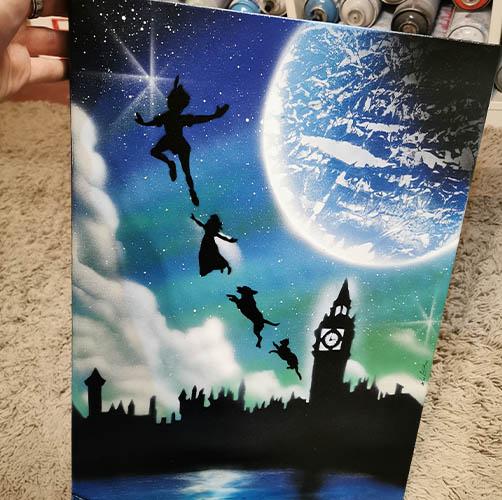 Peter Pan- Immagine iconica dei personaggi che volano di fronte al campanile- Wolf Art