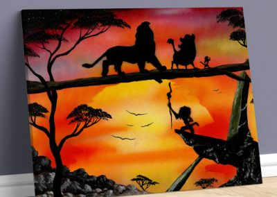 Il Re Leone- Personaggi del re leone che camminano sul tronco al tramonto. immagine iconica- Wolf Art
