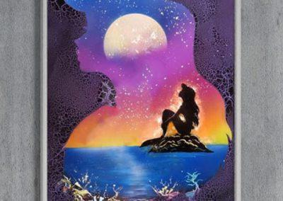 La Sirenetta- Ariel seduta su uno coglio, mare, sfondo marino- Spray Paint Art